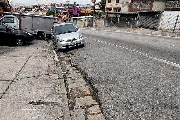 Na Avenida Imirim, na zona norte, buracos aparecem na altura do número 4004.